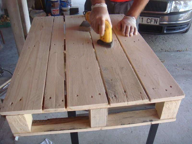 Construye tu mueble con palets manos a la obra for Como hacer mesa de trabajo con palets