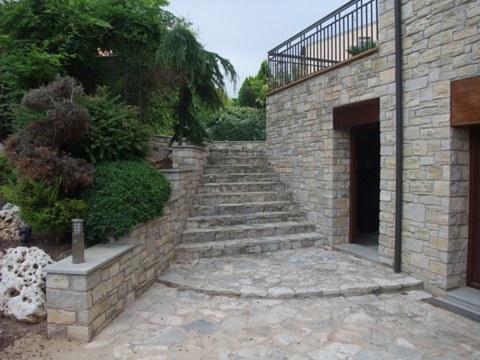 Construye tu propio suelo usando piedras en una obra for Piedras para patios exteriores