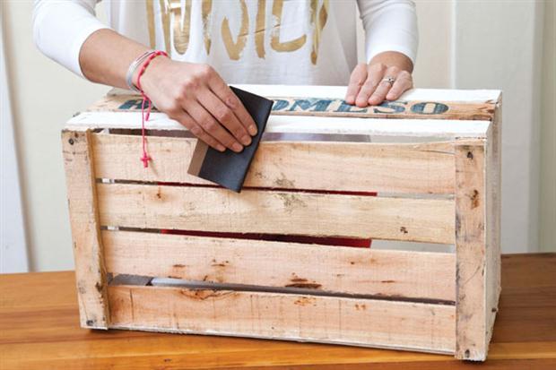 Elabora un incre ble estante utilizando solo cajones de for Mesa con cajas de fruta