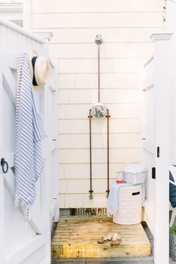 15 fabulosas ideas para duchas exteriores con pallets for Duchas para piscinas exterior