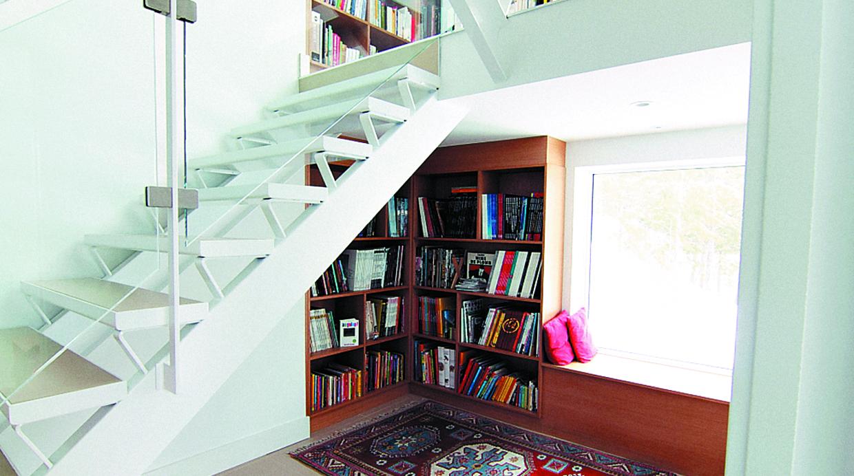 7 ideas de como decorar el lugar bajo las escalera de una for Ideas para bajo escalera