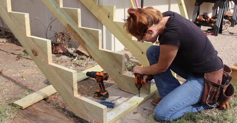 Ella Hizo Su Propia Escalera Exterior Con Una Perfeccion Que Tu - Escaleras-de-madera-para-exteriores