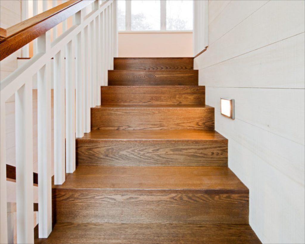 Consejos para renovar escaleras de madera con acabados - Escalera de madera de pintor ...