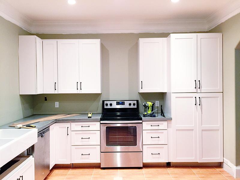 Haz un til laminado de madera en la cocina para proteger tus paredes de salpicaduras manos a - Proteger paredes de rozaduras ...