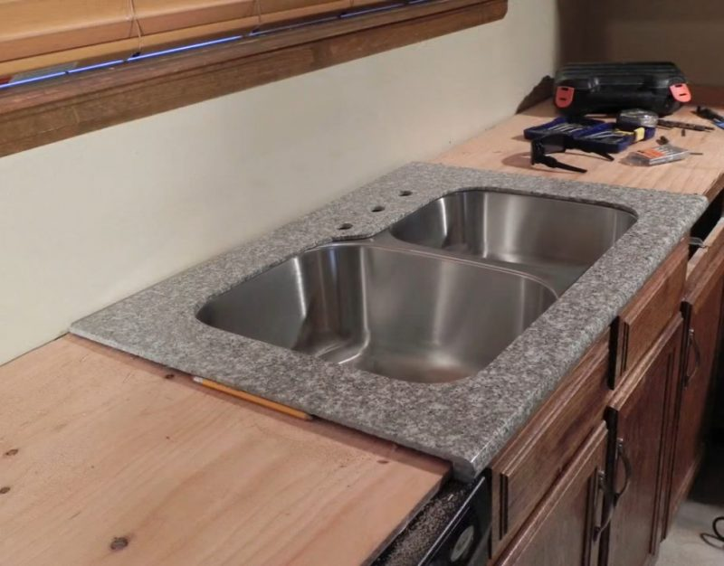 Aprende a colocar granito pulido en tu cocina con este for Base para lavadero
