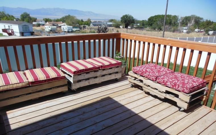 muebles-hechos-con-palets-rayados-cojines