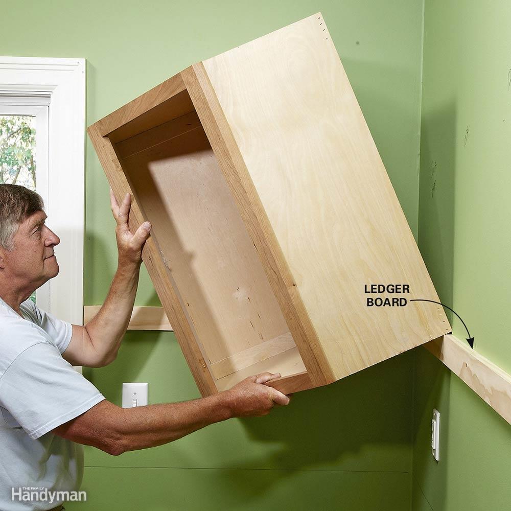 Aprender cómo colgar gabinetes de pared de la cocina e ...