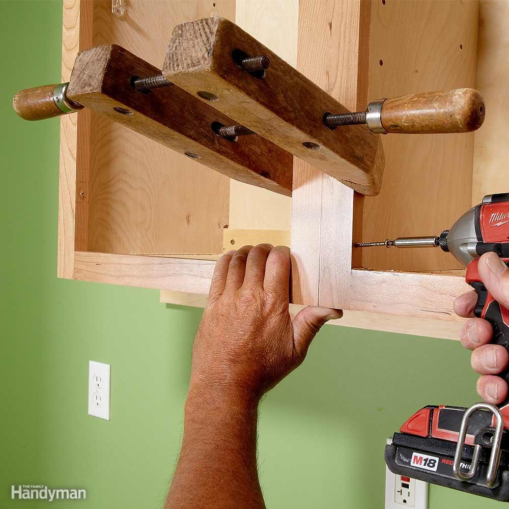 Aprender c mo colgar gabinetes de pared de la cocina e for Como instalar una cocina integral pdf