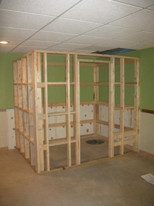 luego se coloca las tablas de madera para las paredes