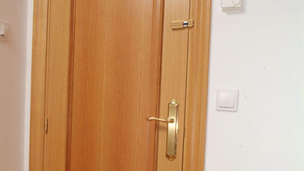 Aprende c mo instalar un poderoso pestillo en la puerta - Marco puerta corredera ...