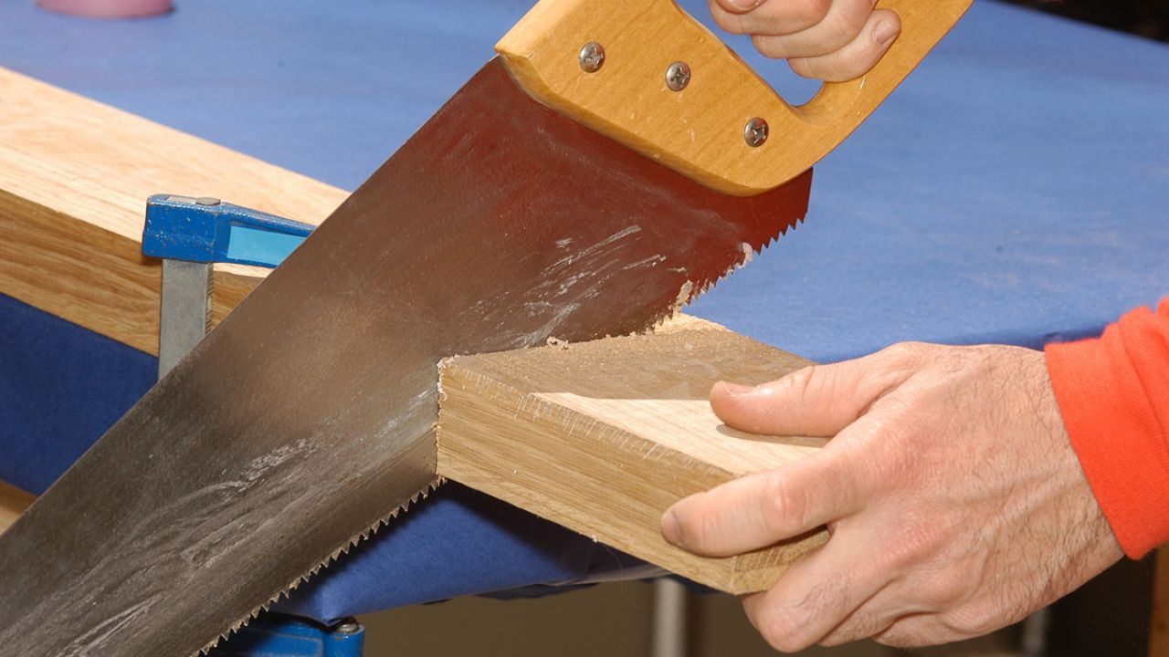 Resultado de imagen para cortando con sierra de mano