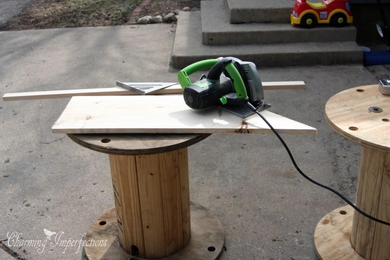 haga esto marcando en pulgadas y despus cortando en un ngulo de grados de all para ahorrar madera contine con un patrn en zigzag volteando