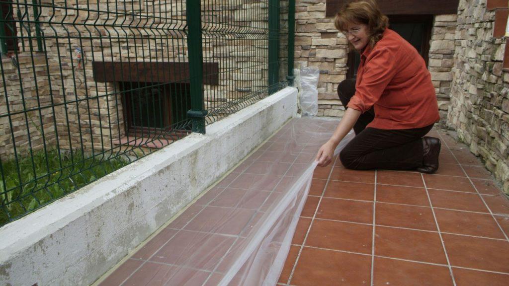 nuestra tarea de bricolaje cubriendo el suelo de baldosas con plstico y cinta de carrocero para evitar manchar