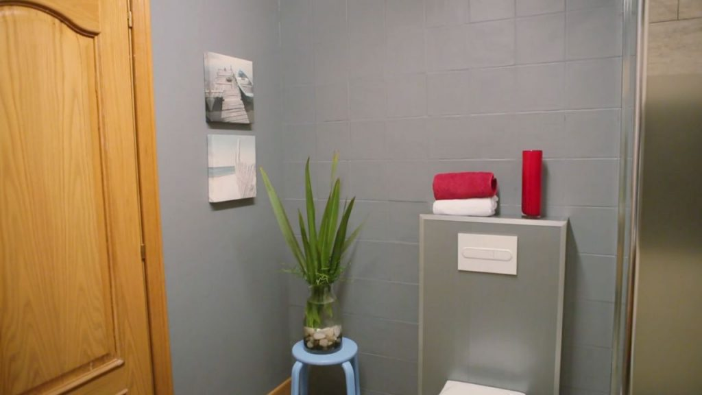 Aprende c mo pintar los azulejos de ba o de forma efectiva - Pintar bano con hongos ...