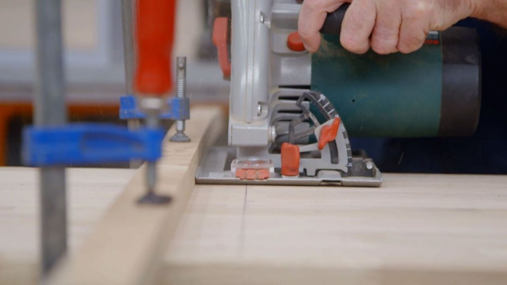 con la sierra circular cortamos tres piezas de un tablero de roble una ser la encimera y las otras dos exactamente iguales a la medida de los laterales
