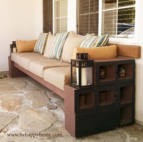 u asientos al aire libre con bloques de cemento madera y almohadas