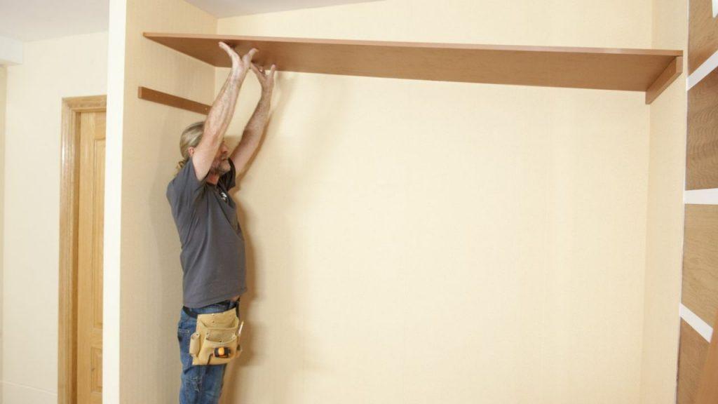 Aprende la forma m s f cil de colocar baldas y barras en - Como colocar puertas correderas ...