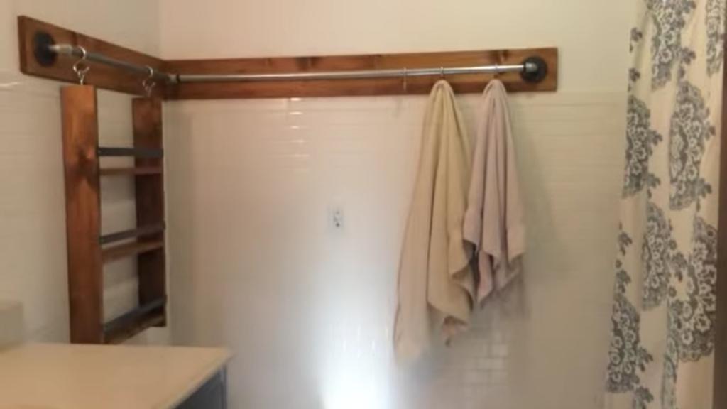 Usa un simple tubo para ampliar el espacio del ba o de for Colgar toallas ducha