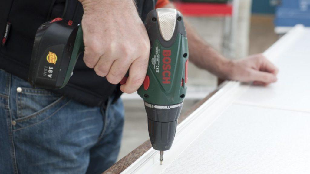 paso 5 lo siguiente que haremos es cortar los carriles superior e inferior a medida y perforar los agujeros de fijacin con el taladro y una broca para