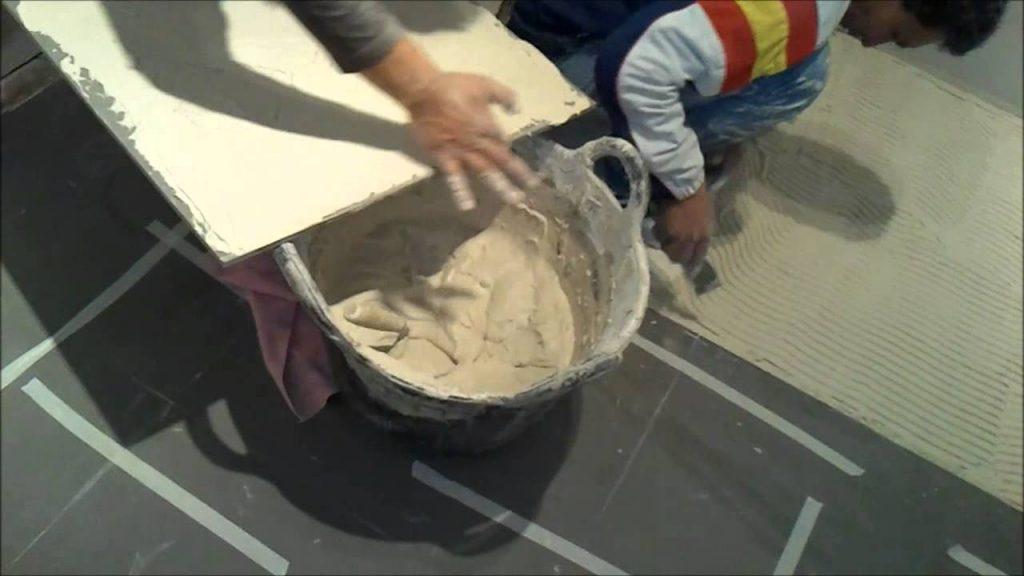 Aprenda c mo colocar plaquetas o alicatar el suelo con - Colocar suelo porcelanico ...