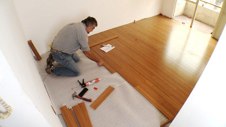 Aprende c mo instalar un piso flotante de madera s lida en - Como poner un suelo de madera ...