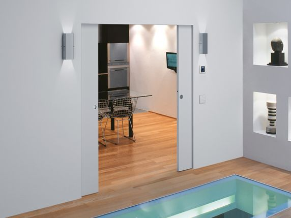coloca una puerta corredera oculta y separa dos ambientes sin perder espacio