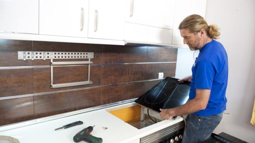Cambia la encimera de tu cocina usando la t cnica de los - Quitar silicona vieja ...