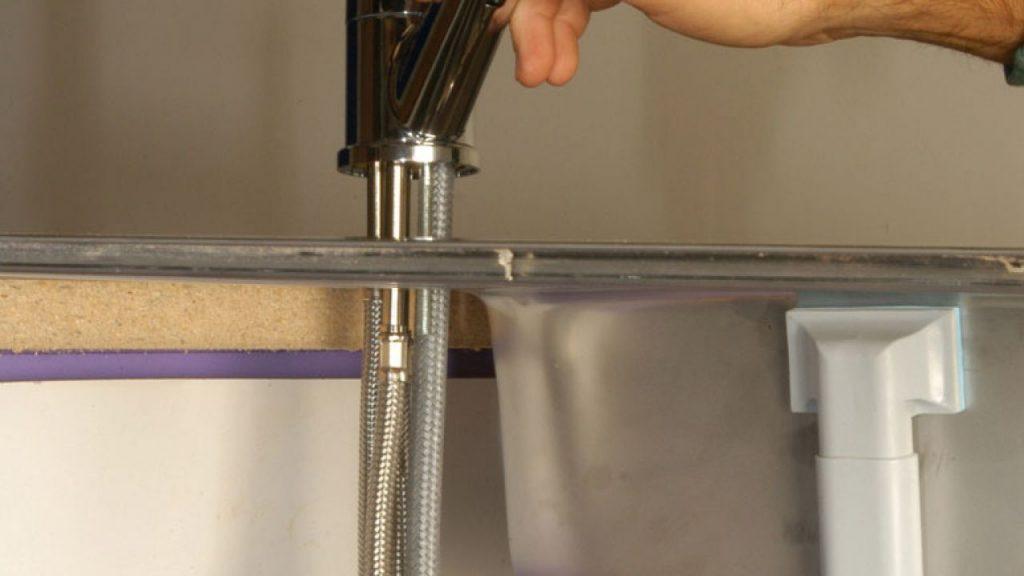 Mira c mo instalar un grifo extensible dentro del for Instalar grifo fregadero